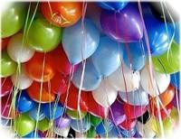 Image pouvant être utilisée pour illustrer les anniversaires : des ballons collés à un plafond