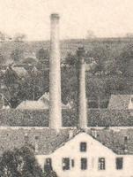 Zoom sur les deux cheminées de l'usine Lang, avant la démolition en 1892 de l'ancienne cheminée. Collection photos René Minéry.