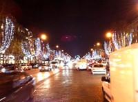 Les Champs Elysées dans la cohue des voitures