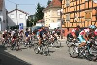 Tour d'Alsace 2012 dans Waldighoffen (4) Devant la maison natale de Nathan Katz