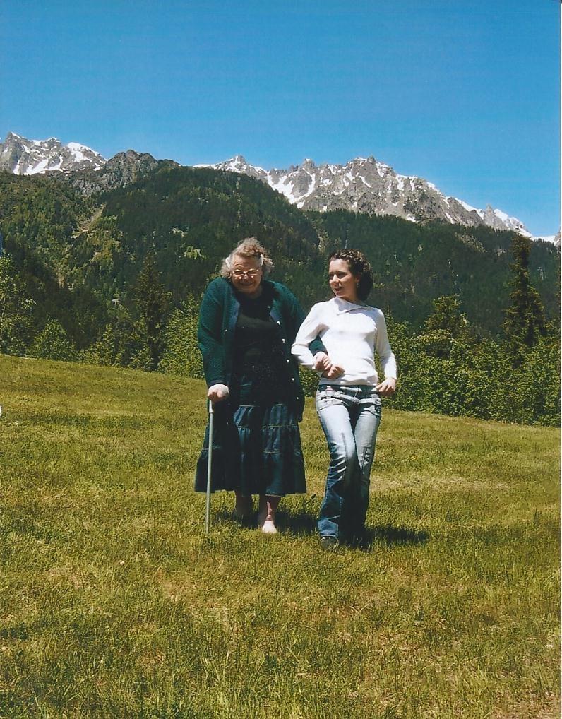 Marlène en montagne avec une petite fille