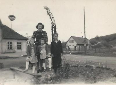 Marlène enfant à gauche