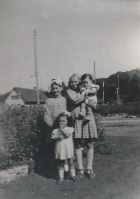 Marlène Pernot jeune qui porte son filleul