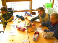 2013-04-05 CE1 - Les élèves font des recherches pour identifier les fleurs trouvées en forêt