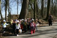 Les enfants saluent le chêne