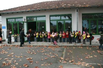 Les élèves se mettent en place devant leurs salles de classe