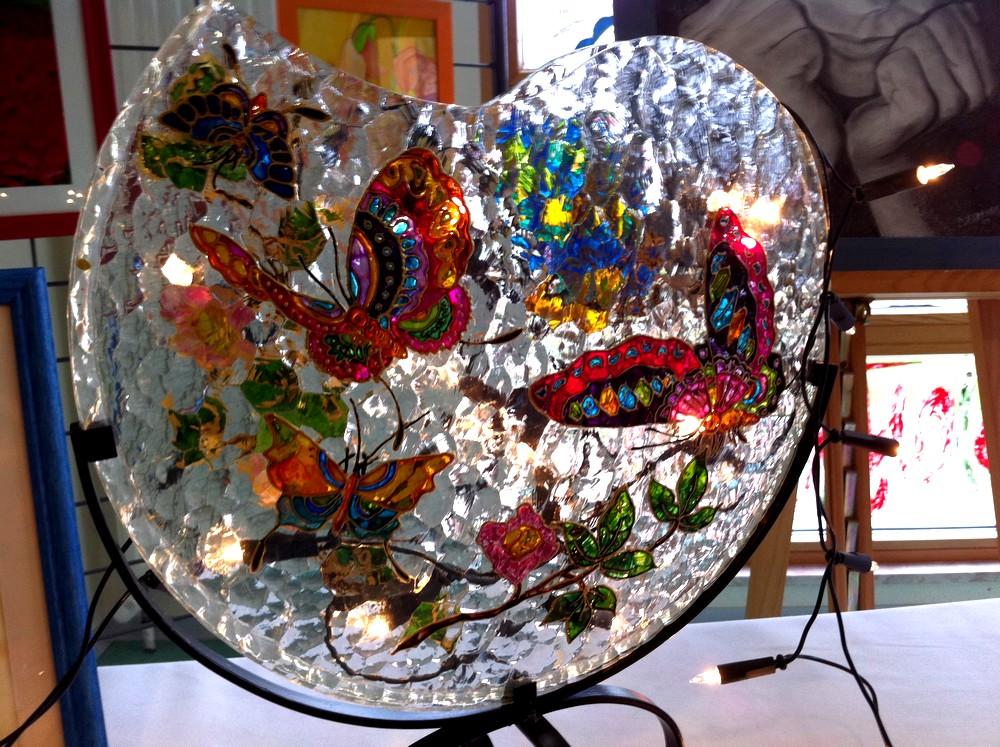Des papillons sur un vase plat et de forme arrondie