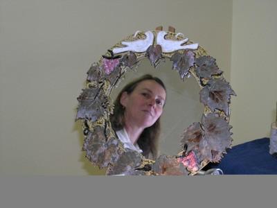 Photo de l'artiste à travers son miroir