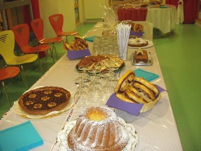La table pleine de gâteaux d'après les recettes de Maria
