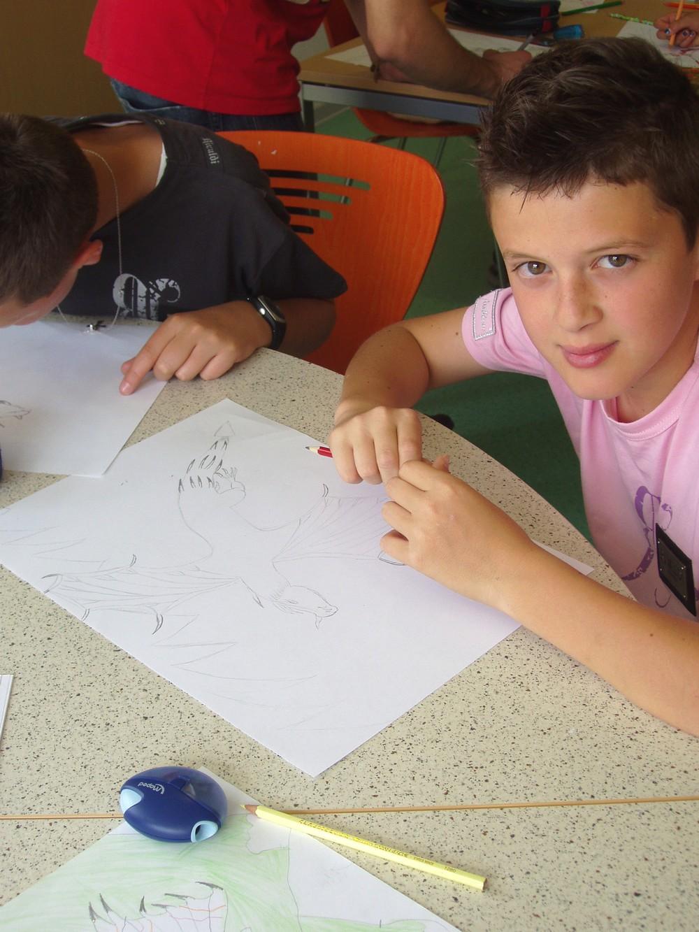 Un autre jeune et son dessin