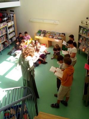 Vue plongeante sur le groupe pendant la séance de lecture