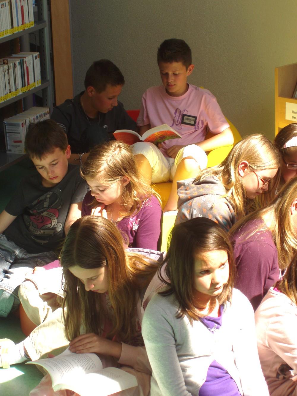 Le groupe est très attentif pendant la lecture