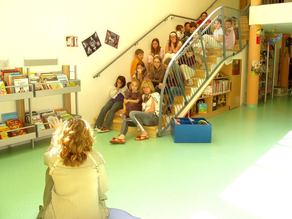 Kathya Cautillo parle aux enfants en présence de Christiane Vallin