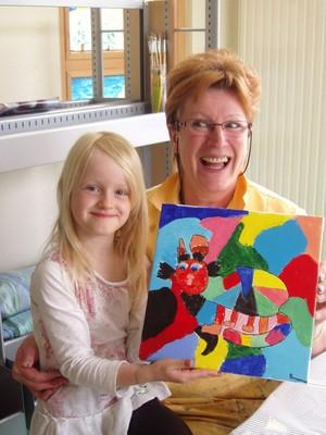 L'artiste et l'enfant sont satisfaites du travail accompli à la médiathèque de Waldighoffen