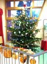 Grand sapin avec décorations polonaises à la médiathèque- Noël 2010