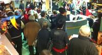 Les gens se pressent pour l'inauguration