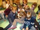 Les enfants de l'école de Steinsoultz pour la visite de Yo Tuerlinx-Rouxel à la médiathèque de Waldighoffen