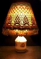 La fameuse lampe de chevet allumée