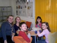 Marie Schilb et les enfants pour l'aide aux devoirs