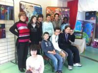 Les artistes de l'IME avec leur animatrice artistique Sabrina Di Giovanni, en visite dans leur expo