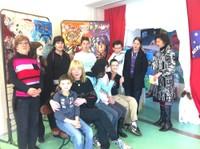 Les artistes de l'IME avec une animatrice et Christiane Vallin