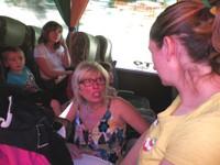 Dans le bus, à l'aller, avec la directrice C. Vallin