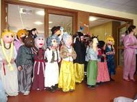 15 Enfants masqués avec leurs costumes