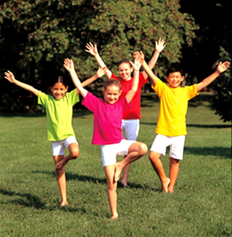 Groupe d'enfants dans des postures de yoga-YogaKids