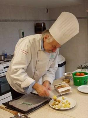 Tony Hartmann faisant la cuisine