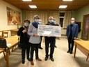 Les Amis du Forum, Père Sébastien et M. Laborde au cours de la remise du chèque de 5250€ au Conseil de Fabrique