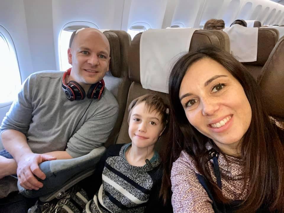 Evan et ses parents dans l'avion pour la 1ère opération