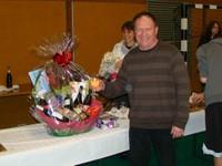 La pose du président du basket-club CSSPP Waldighoffen avec ses cadeaux