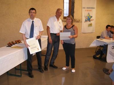 Photographie de la remise de la lettre de félicitation de FFBB à Elodie Friedl