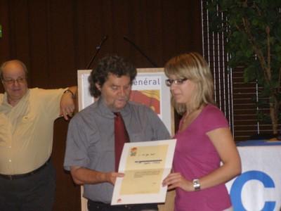 Photographie de la remise de la lettre de félicitation de FFBB à Sophie Stolz