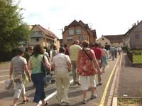 Le groupe monte la rue des écoles