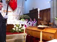 Avant la messe, les saintes écritures sur le cercueil du curé Ditner