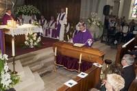 Le curé Smoter pose l'étole sur le cercueil