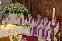 Les prêtres dans la partie droite du choeur