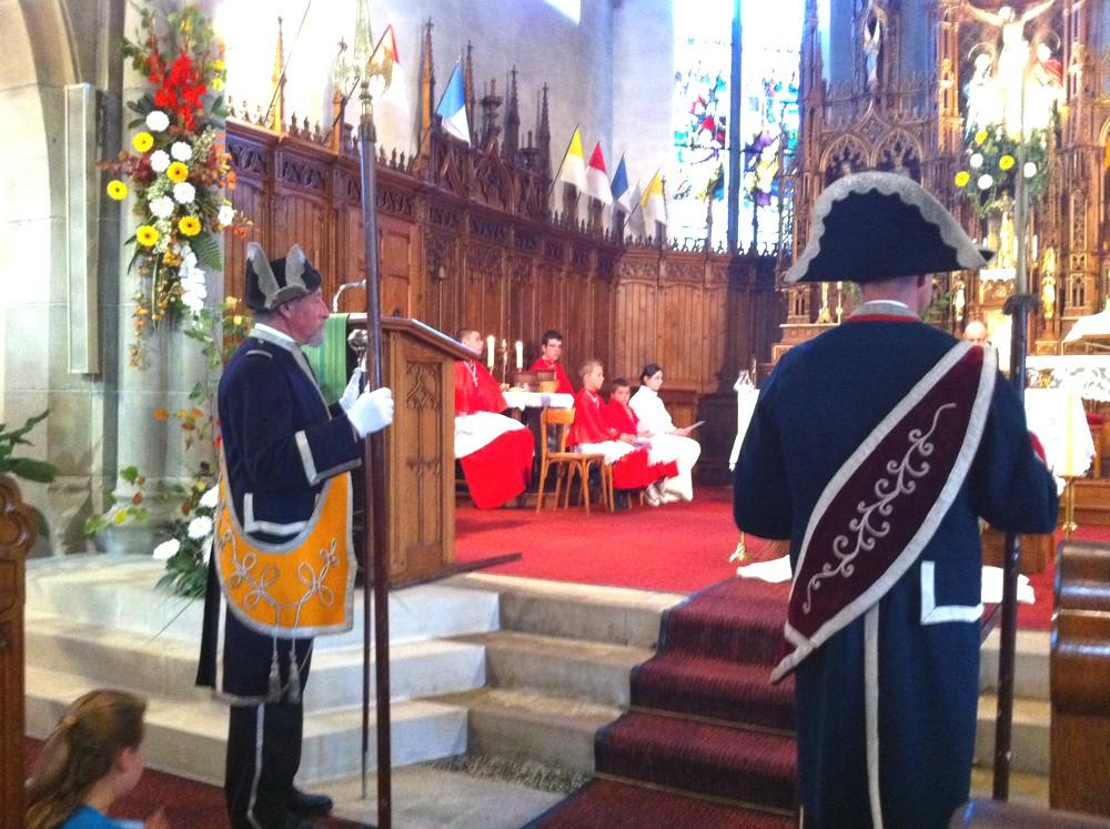 08 Les gardes suisses et les servants de messe
