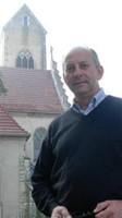 Père Christophe Smoter devant l'église de Waldighoffen