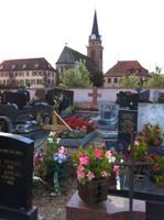 Le cimetière de Bergheim et, au bout de la rue, l'église