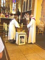 Les insignes de la prêtrise sont placées sur le cercueil