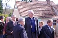 Mgr Grallet et des élus de Waldighoffen près du Foyer de Durmenach, en compagnie de l'abbé Hubert Schmitt