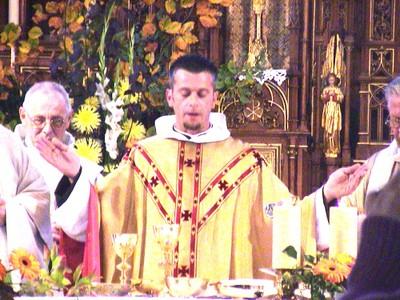 Le père François au cours de sa messe d' installation en octobre 2005