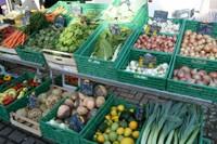 Stand maraicher Gasser cagettes de légumes.JPG