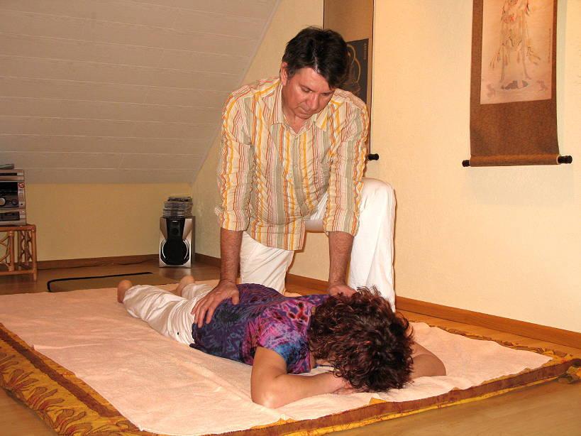 Patrice Jasinski applique une relaxation du dos