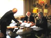 Photo de la signature de l'acte de vente du terrain du futur EHPAD