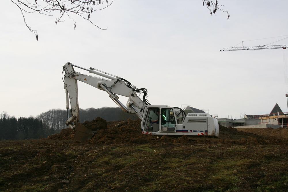 Une gigantesque pelleteuse au chantier de la future maison médicalisée à Waldighoffen