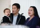 Bébé chantant dans une église