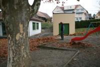 Fabrice dans la cour de la maternelle